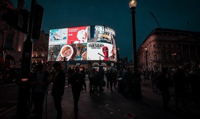 ekrany wyświetlające reklamy